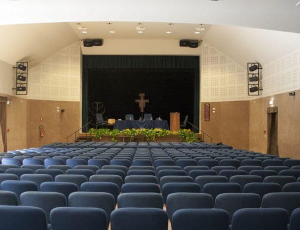 centro-congressi-assisi-domus-pacis-teatro-le-stuoie-disposizione-theatre-3-vista-posteriore